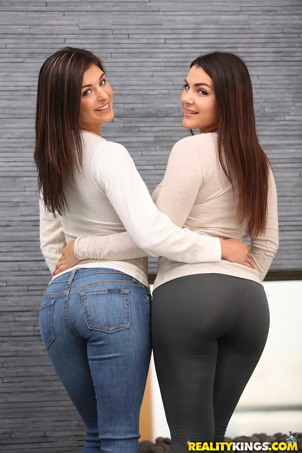 Teen girls Nina North and Leah Gotti kiss before having a threesome № 1518934 бесплатно