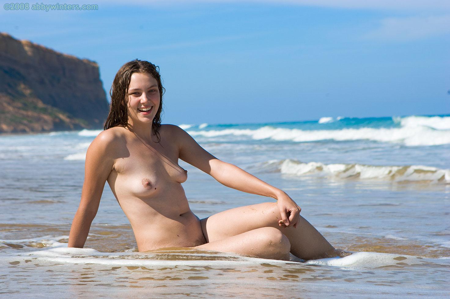 samie-krasivie-nudistki-na-more