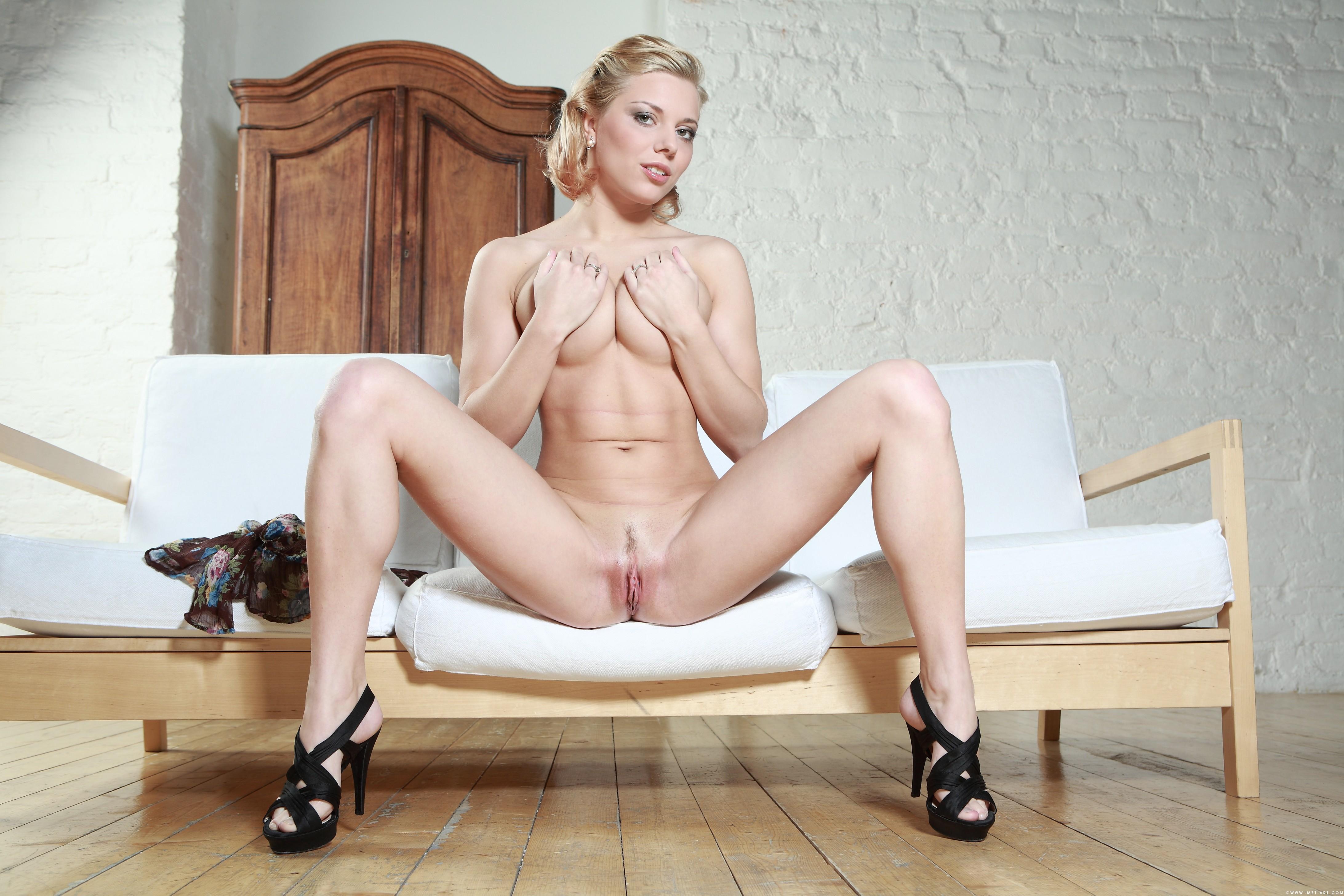 blondinka-razdvinula-nogi-porno